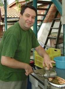 Майк Рам готовит домашнюю лютеницу по бабушкиному рецепту - этап перекручивания перцев и баклажанов